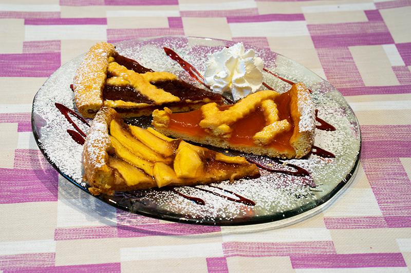 Crostata: marmellata, mele o mele e amaretti